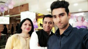 Nishkarsh_Arora_With_Father_Mother_Family